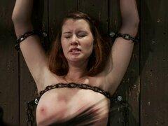 Sofia Lauryn consigue pellizcado y follada con un juguete en un sótano