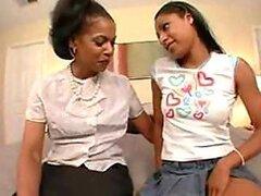 Cachonda MILF morena decide lamer y masturbar el dulce coño de una adolescente negra