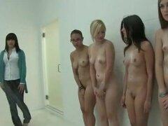 Sorority Girls Hoze abajo los Pledgers estudiantes de primer año en la ducha