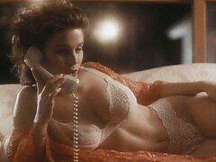 Impresionante Shannon Whirry tendido en una cama en ropa interior blanca caliente