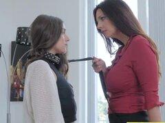 Arielle hace Mindy participar en sexo lésbico durante la tutoría