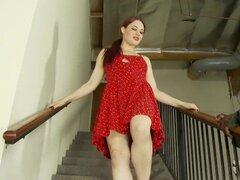 Hottie pelirroja Jessica tiene diversión interracial en las escaleras