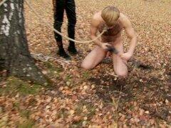 Teen rubia alto domina a un chico en el bosque, lindo y torturas teen rusas dominantes alto su chico en el bosque en este gran video de femdom público y ella lo ama.