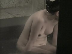 Sonreír asiático es en la piscina en el nri104 video voyeur cam 00, impresionante chica asiática es sonreír a alguien en la piscina. Ella se está bañando en el agua de vez en cuando de pie fuera del agua y mostrando tetas desnudas en cámara espía.