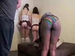Hotties fanny grandes en minifaldas disfrutan de spanking. Varias chicas muy guapas en minifaldas Obtén sus extremos cola nalgadas en la escena BDSM fetish y parece dulce.