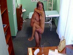 Doctor cachondo y afortunado folla a paciente adolescente hermosa