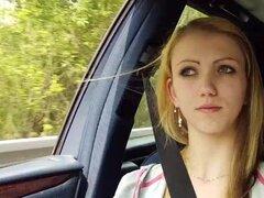 Beatrix es guarda en coche al azar driver se la follan en el borde de la carretera, Beatrix obtiene salvada por driverr del coche al azar después de que perdió su autobús. Un tipo extraño le recoge y en el coche se enamoran y convencerla de tener sexo con