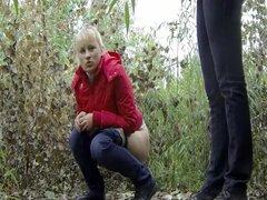 Rubia cutie atrapado orinar por un voyeur, cutie rubia cree que encontró un lugar seguro a mear en medio del bosque pero voyeur ya estaba allí y le observaba quitarse los calzoncillos y los pantalones para finalmente poder tomar una fuga. Ella tiene una c