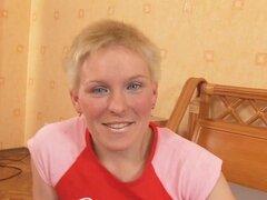 Paseos en rusos pelo corto después de una mamada profunda