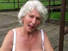 Cachonda abuela Stella disfruta jugando su viejo coño peludo al aire libre