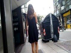 el viento le sube el vestido