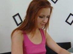 Sveta está esperando en su mesa leyendo una revista y esperando a su hombre mayor llegar a su lugar., Sveta es una mujer joven y sexy y es leyendo una revista, mientras espera a su hombre más viejo. Está programado para llegar y está en su top rosa favori