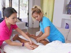 Masaje asiático con un final feliz toma al cliente al cielo. Amigo Dark llega por un masaje con algunas chicas asiáticas que poco a poco seducen su toque en él como estrella a un trío con un final feliz