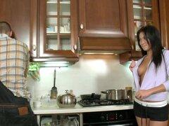 Morena sexy Margarita goza de algunos golpes trasero en la cocina