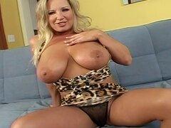 Cougar rubia pezones grandes que a su chico cachondo con titjob - Rachel Love, Talon