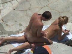 Rubia se la follan en la playa, esta hermosa rubia puta llegó a una playa nudista a pasar un buen rato con su novio. Los chicos la follaba desde atrás, mientras estaba haciendo este voyeur amateur video.