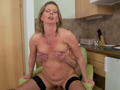 Miel rubia madura cachonda disfruta de Laura Long en su sexo apasionado de la cocina con su joven amante, que depilada madura coño lamido y chupando una dura erección así.