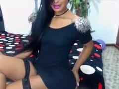 Nena colombiana de vestido en webcam,
