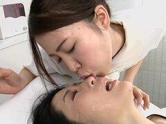 Japonesa lesbianas erótico escupir masaje clínica subtitulado. Erótico lesbiana Japon bizarro masaje clínica con una masajista que arroja spitballs a su cliente antes de desnudarse le con smegma vaginal sorpresa con subtítulos en inglés