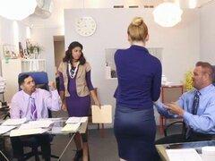 Gigi Flamez y Katalina Mills tienen sexo en grupo en la oficina. Gigi Flamez y Katalina Mills tienen sexo en grupo con sus papás en su oficina en esta escena pervertida las dos chicas están aburridas en el trabajo y deciden seducir a los papás que están t