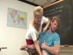 Profesora madura dando handjob a su alumno