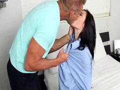 Jenna Reid coquetea y folla con papa caliente