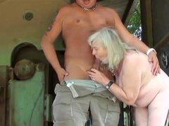 72 año viejo abuela da un orall-servicio y recibe atornillado, una esposa de los pernos prisioneros le películas durante el tiempo que una abuela de 72 años le chupa de