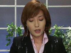 Ancla de japonés obtiene facialed en su lugar de trabajo en un clip raro