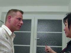 Madre alemana ayuda a joven follando en el baño