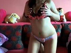 Morena tetona me muestra sus bragas, Kimberly es una sensual morena tetona a la conoció en internet y ayer por la noche me envió esta hecho en casa video con ella. Aquí ella se queda delante de la webcam y se burla de mi barra mostrando sus bragas