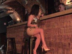 Esposa infiel es sodomizada por arrogante barman - liv renovado