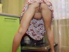 Un bonito joven embarazada está muy emocionada en la cocina.