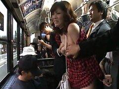 Asiatica Yuma Asami se pone juguetona y expone sus grandes tetas en el bus