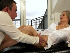 Abuela lasciva Aliz obtiene su coño lamido y perforado por un montante de kinky - Aliz
