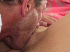 George Rachel en estancia - MomXXX, allí no forma que Rachel dejaba dejar de George para el trabajo hasta que ella tenía su mañana llena de orgasmos. Antes de irse ella le hace mover, besándolo y los dándole ven a los ojos de la cama. George siempre un ho