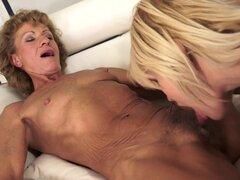 Abuela rubia está follando en pus de esta joven lesbiana