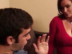 Mamá caliente Diamond Foxxx seduce y folla a amigo de su hijo