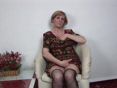 Señora madura pelo corto se sienta e intenta por favor-Sage