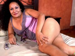 LatinChili madura Sharon Solo juguetes masturbación, mayores maduras abuela Latina con juguetes para la masturbación de placer