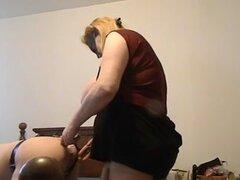 Sexy BBW MILF follando a un hombre con una correa enorme en. BBW madura MILF con una correa en como ella follada marido después le doblado sobre la cama y poner lubricante en su culo.