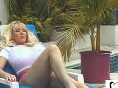 Enormes tetas falsas BBC Whore Kayla Kleevage obtiene culo golpeado fuera de la piscina