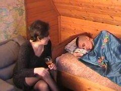 RUSA mama 21 color marrón oscuro más viejo con una joven boyfrend,