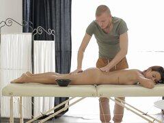 El cuerpo de Sofía es bonito y ella necesita obtener clavado tras el masaje - Sophia Young