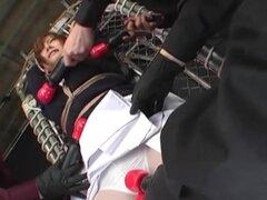 Atado Oriental en Mucama uniforme bromeó con varios juguetes sexuales