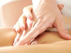 NubileFilms Video: Movimientos suaves. Nessa Shine tiene la suerte de estar recibiendo un masaje de su marido Denis Reid, pero como Denis frota aceite en las tetas pequeñas de su mujer y vientre plano, Nessa guías su mano inferior para mostrar que ella ti