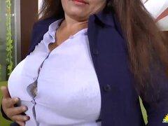 Abuela Latina Rosaly se masturba. Abuela grande y gorda Rosaly mostrando su cuerpo de Latina exponiendo grandes tetas solo para ti