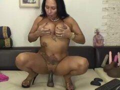 ¡MILF Latina de 50 años de edad caliente, cachonda monta Consolador! Parte 2