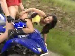 una buena cojida extrema en moto y rapel