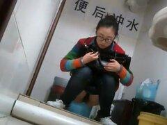 Chica China nerd había atrapado teniendo una fuga, esta chica China nerd está vestida con pantalones vaqueros y una camiseta normal y nadie se atrevería a predecir que hay tal atractivo sexual oculto debajo de todo. Cámara oculta muestran en luz brillante