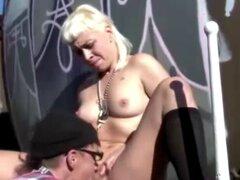 Aussie amateur chico da chica mala oral al aire libre. Película que muestra un chico amateur australiano dando una chica rubia mala oral al aire libre